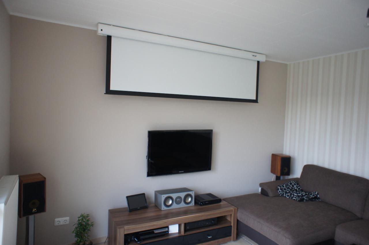 Wohnzimmer mit beamer die neuesten innenarchitekturideen for Einbaukuche streichen