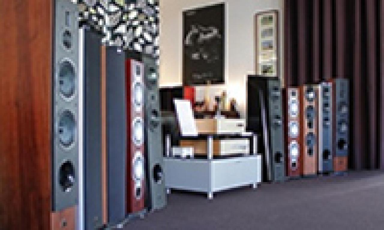 Empfohlene und getestete Lautsprecher in Ihrer Naehe im Heimkinoraum vergleichen.