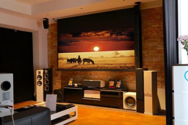 ... Ist Den Außmaßen Den Lichtverhältnissen Und Hinsichtlich Des Designs So  Konzipiert, Dass Es Einem Typischem Heimkino In Einem Wohnzimmer Entspricht.