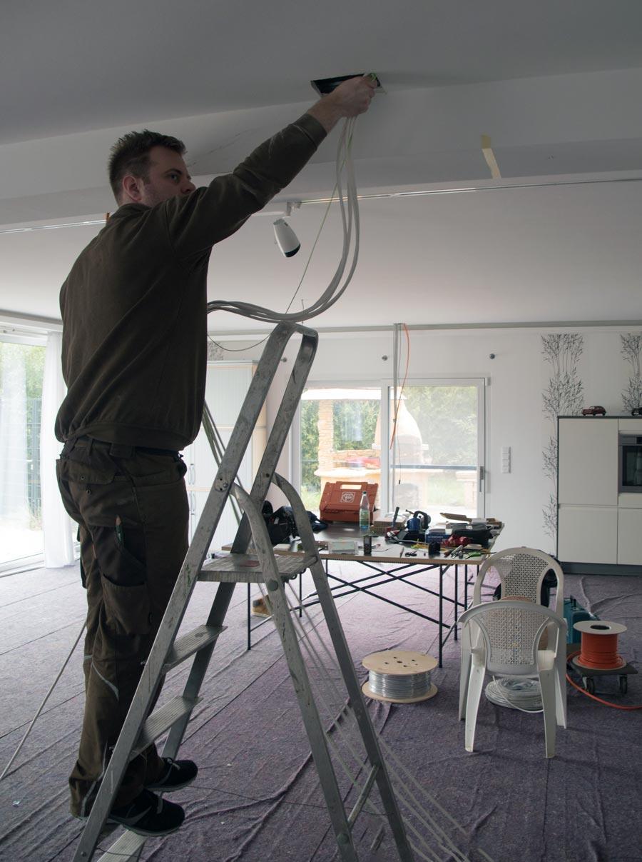 Sebastian Bieger (Inhaber) beim Kabel ziehen