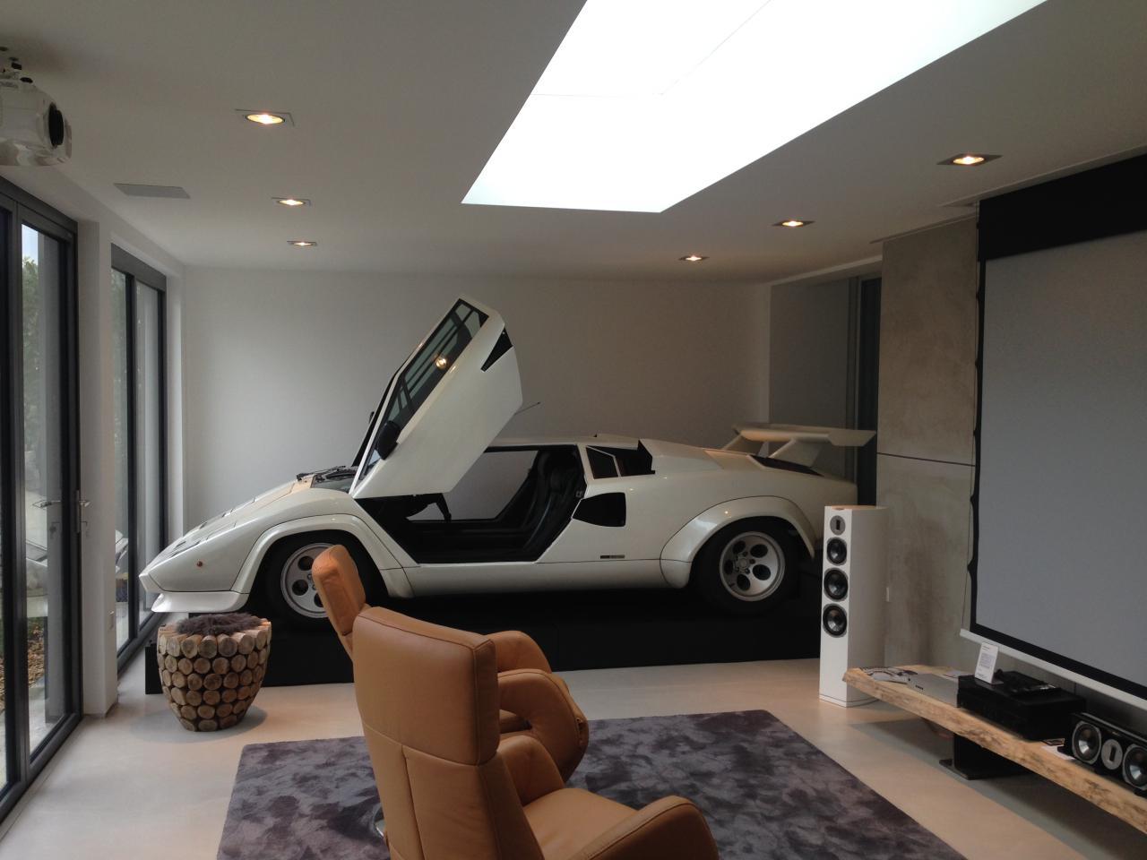 Heimkino mit Leinwand in der Garage