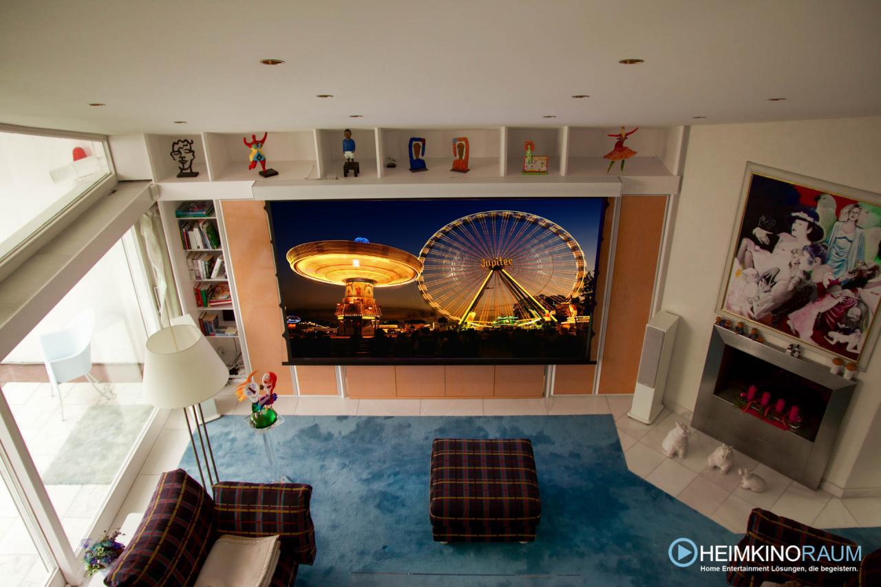 Heimkino mit Leinwand und Beamer im Wohnzimmer
