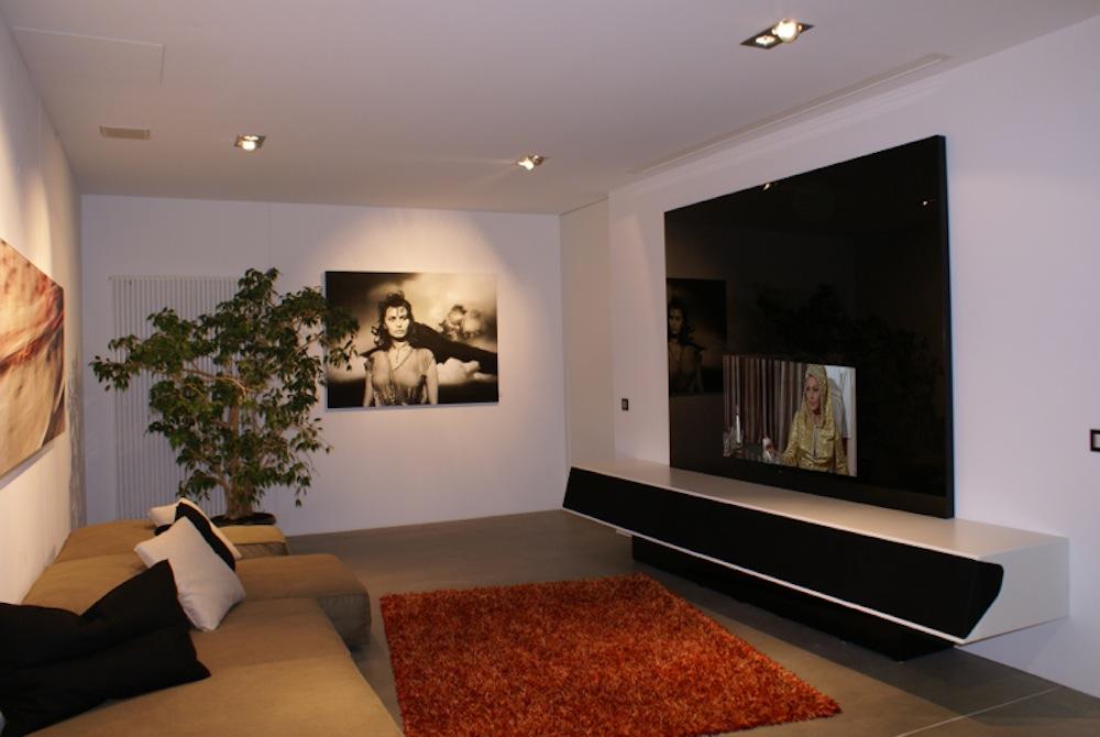 hinter einer schwarzen glasplatte verbirgt sich ein fernseher. Black Bedroom Furniture Sets. Home Design Ideas