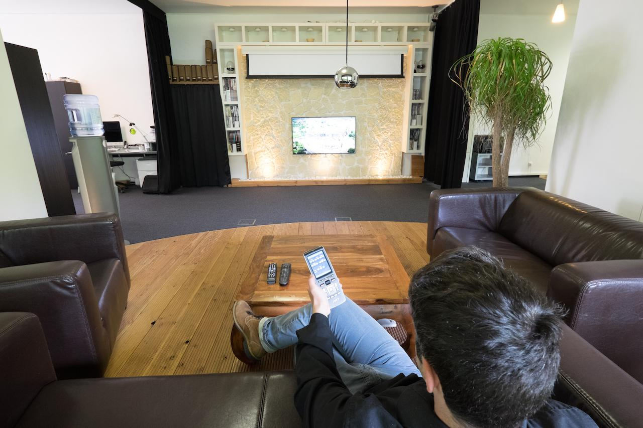 Duo System mit Leinwand Beamer und Fernseher